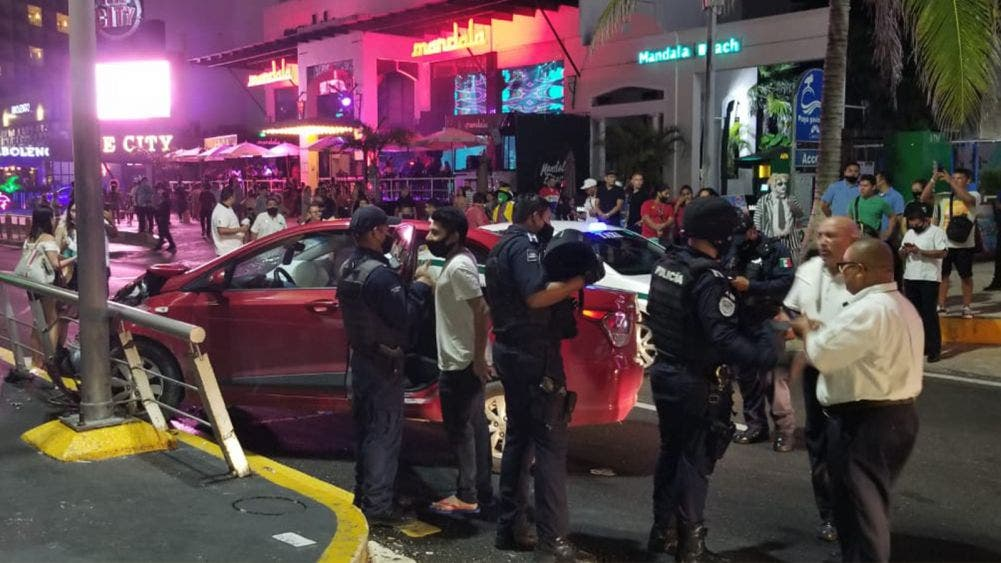 Video: Ebrio causa embotellamiento en la Z.H. de Cancún al chocar a un taxi