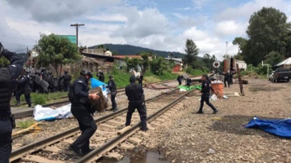 14 policías heridos deja enfrentamiento por desalojo en vías del tren
