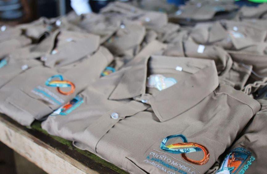 Entrega Laura Fernández uniformes a brigadas de servicios públicos de Leona Vicario, en seguimiento a la acción de hace unos días en la cabecera municipal