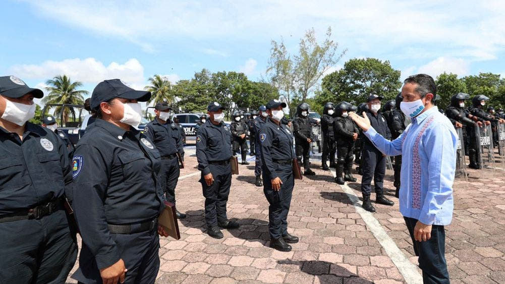 Carlos Joaquín encabezó la ceremonia de graduación de 94 cadetes de policía