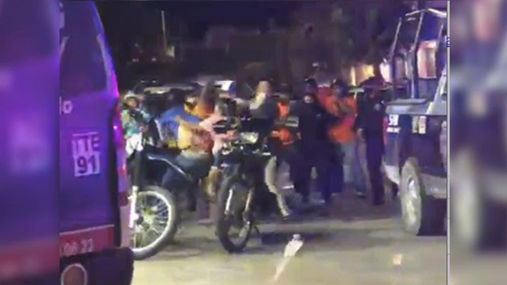 Video: Violenta gresca entre taxistas y mototaxistas es disuelta a tiros por la policía