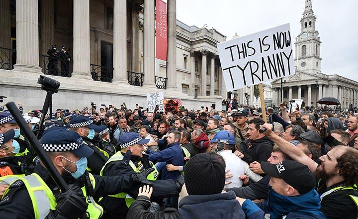Reprime la policía manifestación contra el Covid en Londres; intentaron dispersarlos por no respetar el distanciamiento social.