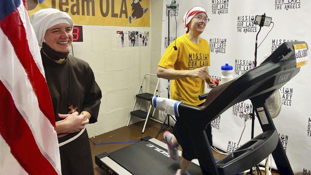 ¡De película! Monja corre maratón virtual para recaudar fondos