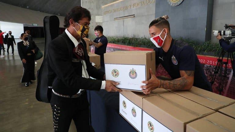 Chivas paga apuesta a favor de los mariachis
