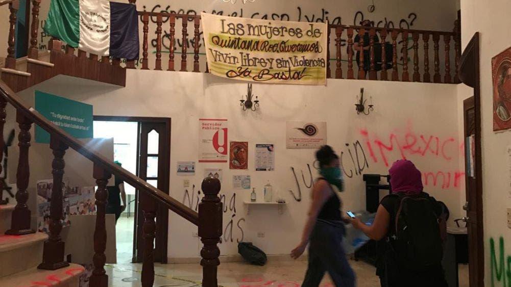 Encapuchadas toman y vandalizan sede de CEDH en Cancún