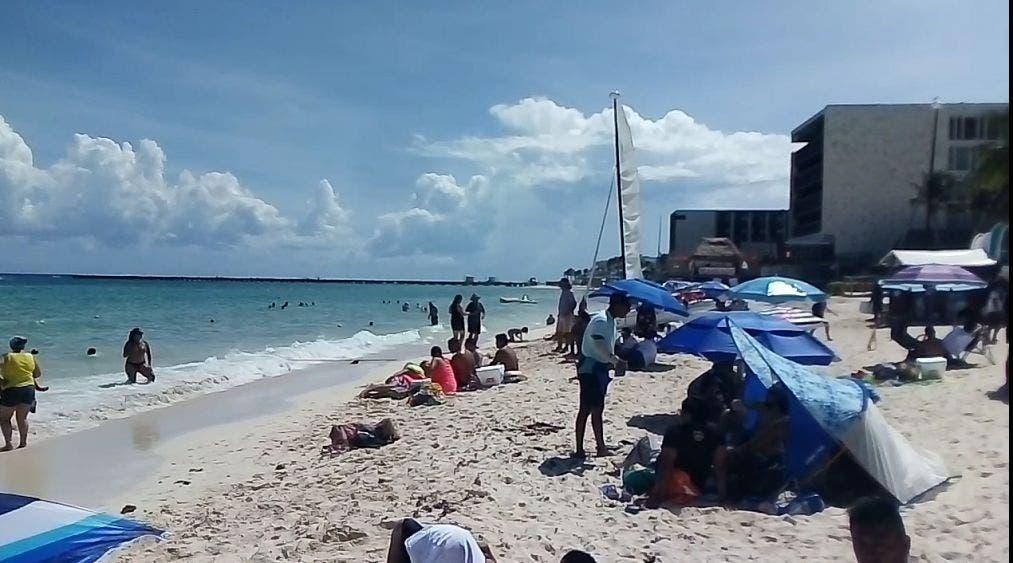 Relajan bañistas las medidas sanitarias en Playa del Carmen; el domingo se dieron cita en gran cantidad sin tomar precauciones.