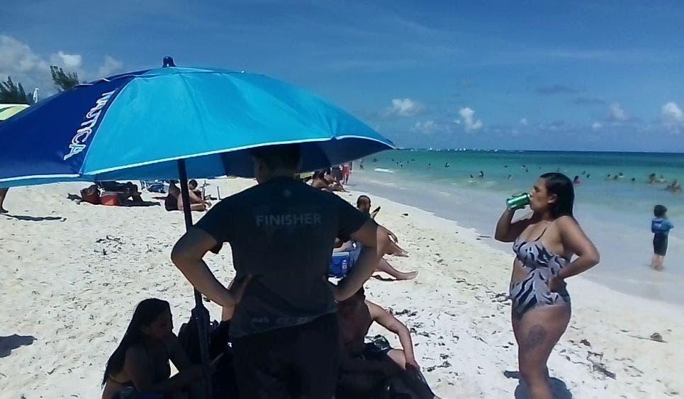 Relajan bañistas las medidas sanitarias en Playa del Carmen.