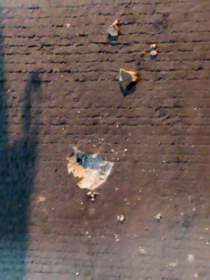 Los impactos de armas de grueso calibre en la fachada de la vivienda.