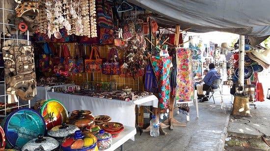 Locatarios del Mercado 23 rematan productos ante las nulas ventas.