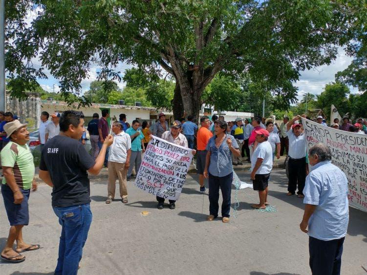 'No nos obliguen a bloquear carretera', advierten ejidatarios de Tihosuco; autoridades les dan largas para pagarles 10 has de tierras.