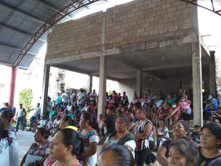 Campesinos de Tihosuco despejan carretera FCP-Valladolid; continuarán su lucha para que la SCT los indemnice.
