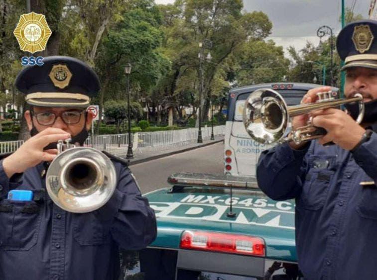 Mariachis de SSC le cantan a vecinos de CDMX