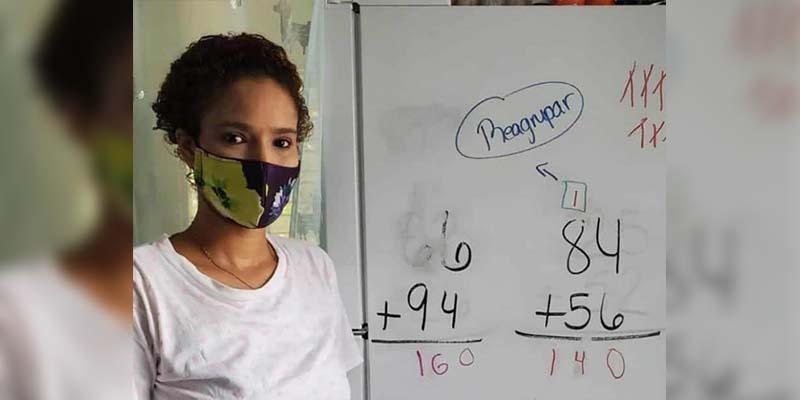 Mujer usa refrigerador para dar clases y se vuelve viral