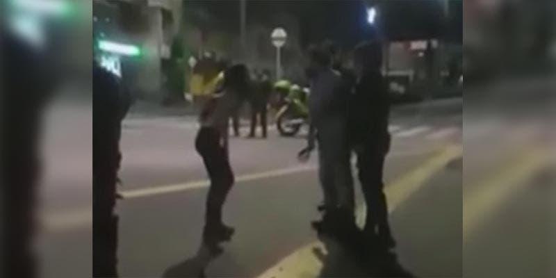 """Padre saca a """"cinturonazos"""" a su hija de una manifestación (Video)"""