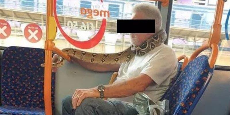 Hombre usa serpiente como cubrebocas y se vuelve viral