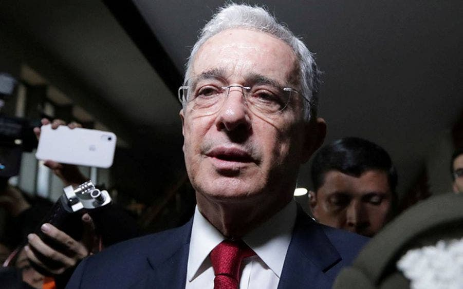 Tras dos meses detenido, liberan al expresidente colombiano Álvaro Uribe