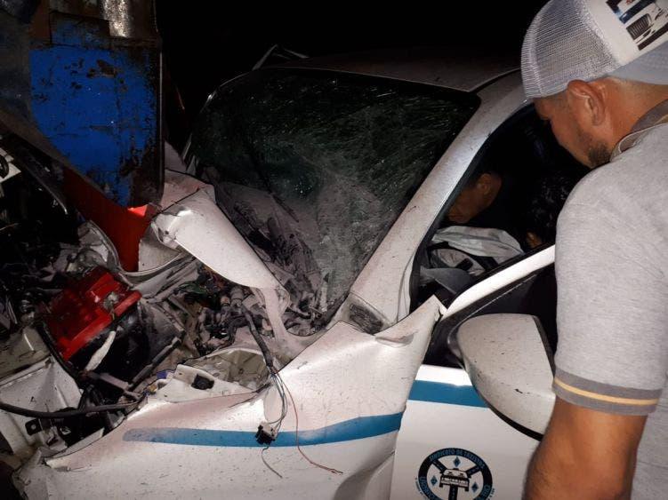 Video: Taxista de Playa del Carmen queda prensado tras chocar; al parecer el operador de la unidad 1489 conducía en estado de ebriedad.