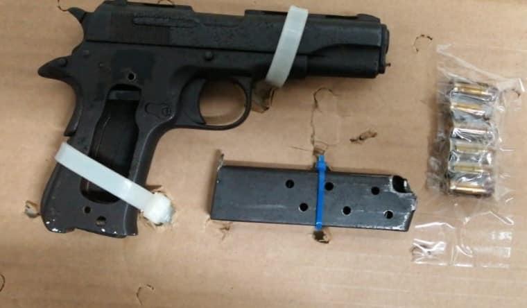 Caen dos presuntos extorsionadores en Playa del Carmen; llegaron hasta un comercio en la Colosio en donde amenazaron con un arma una mujer.