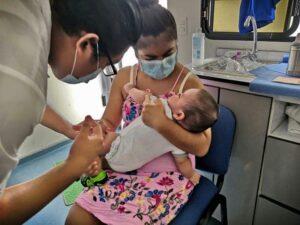 IMSS exhorta a la población a vacunarse contra influenza.