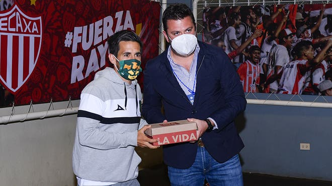 León 'paga' su estancia en Aguascalientes con zapatos para niños