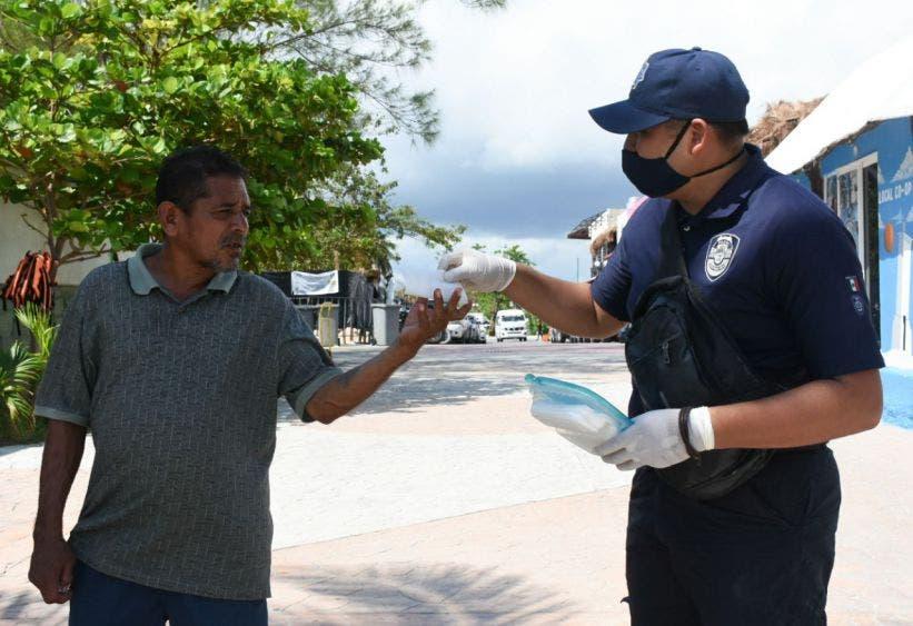 Elementos de Seguridad Pública entregan cubrebocas en sitios estratégicos aunado a la labor de jóvenes del programa Enlaces de Participación Social