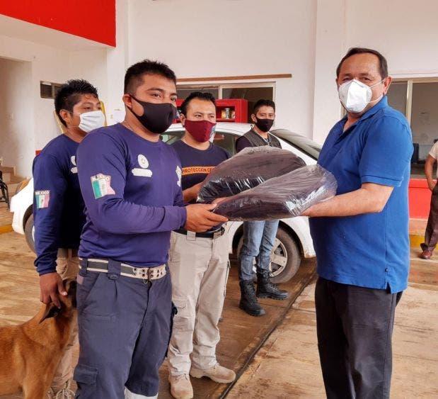 Entregan uniformes a elementos de Protección Civil en Kantunilkín
