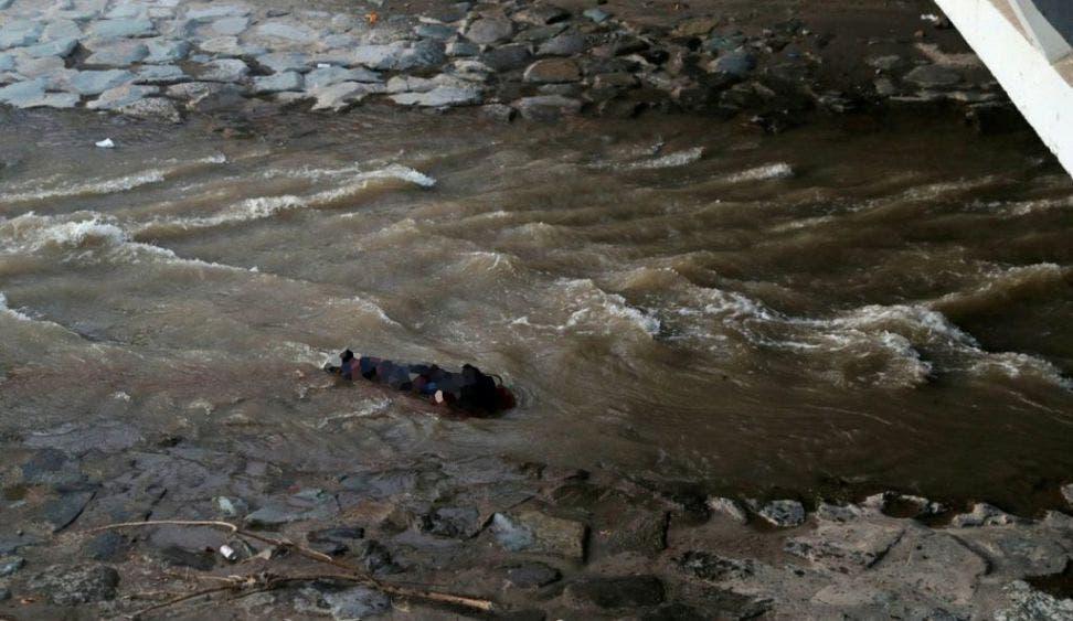 Joven cae de puente tras protesta en Santiago de Chile