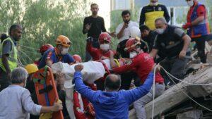 Grecia y Turquía buscan supervivientes tras sismo; se reporta veintena de muertos.