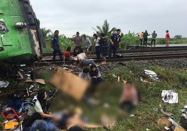 Deja 18 muertos choque de tren contra autobús en Tailandia.
