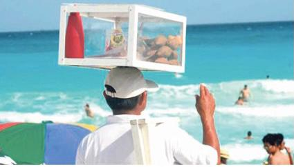 Regresan vendedores ambulantes a playas de Cancún