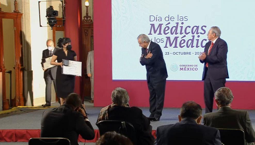 Conmemora AMLO Día del Médico