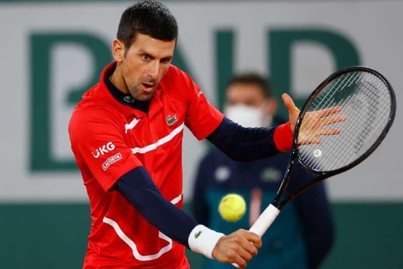 Djokovic vuelve a golpear con un pelotazo a juez de línea