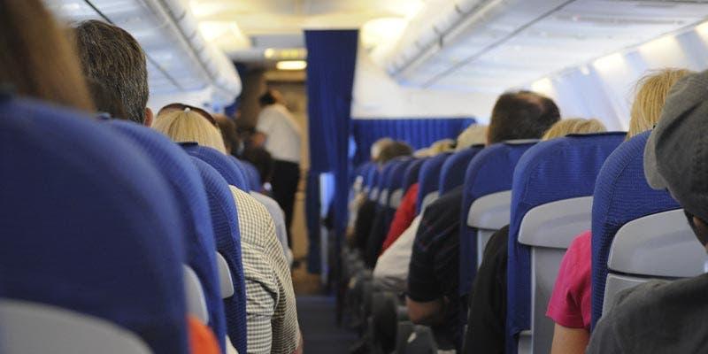 Muere mujer por Covid-19 a bordo de un avión