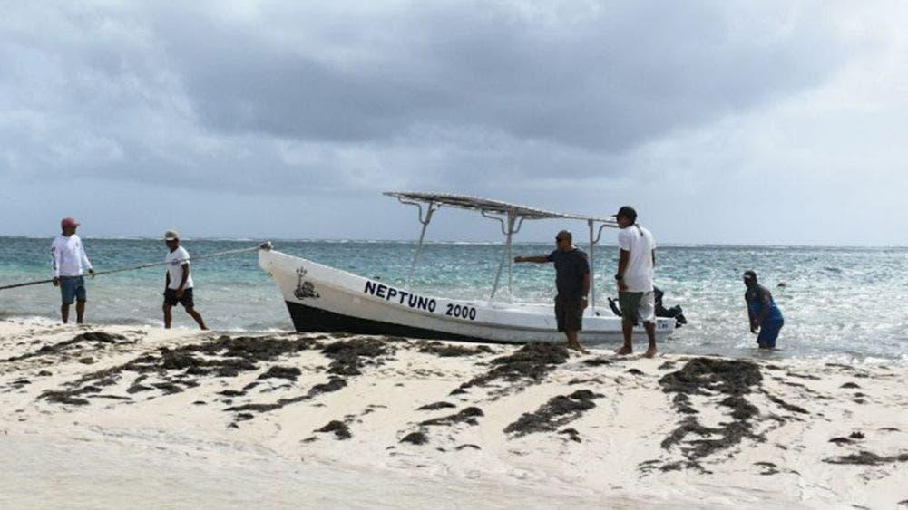 """Evacuan comunidades pesqueras por huracán """"Zeta"""""""