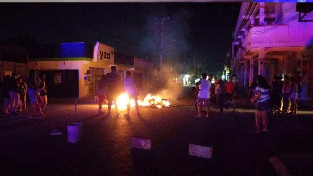 Vuelven los bloqueos con fogatas en Cancún