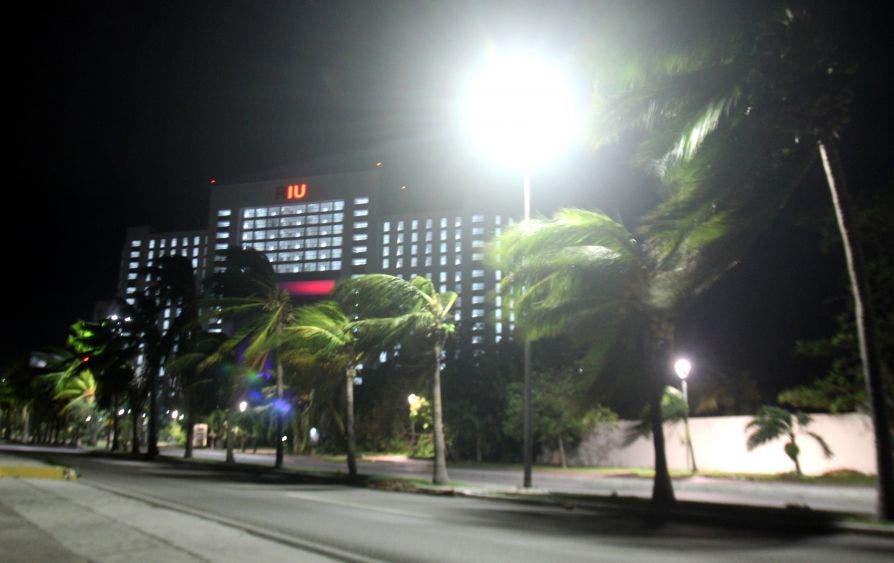 En la zona hotelera de Cancún, los vientos empezaron a arreciar a partir de las 8 de la noche (Foto: Armando Angulo)