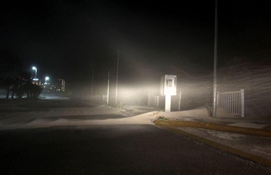 Los fuertes vientos provocaron que en zonas como el Mirador en la zona hotelera de Cancún, la arena fuera lanzada al bulevard obstaculizando el paso. (Foto: Armando Angulo)