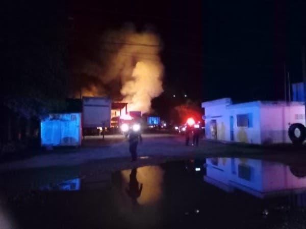 Policías y Bomberos en el lugar del incendio.