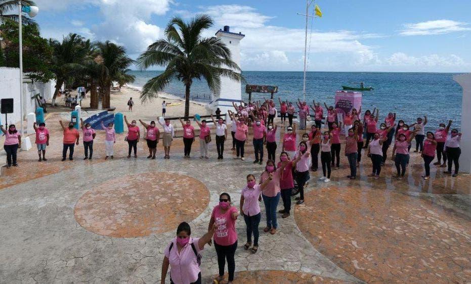 La alcaldesa encabeza la conmemoración del Día mundial de la lucha contra este mal, en evento que reúne a mujeres para formar un lazo humano rosa, como parte de la campaña #JuntasSomosVida