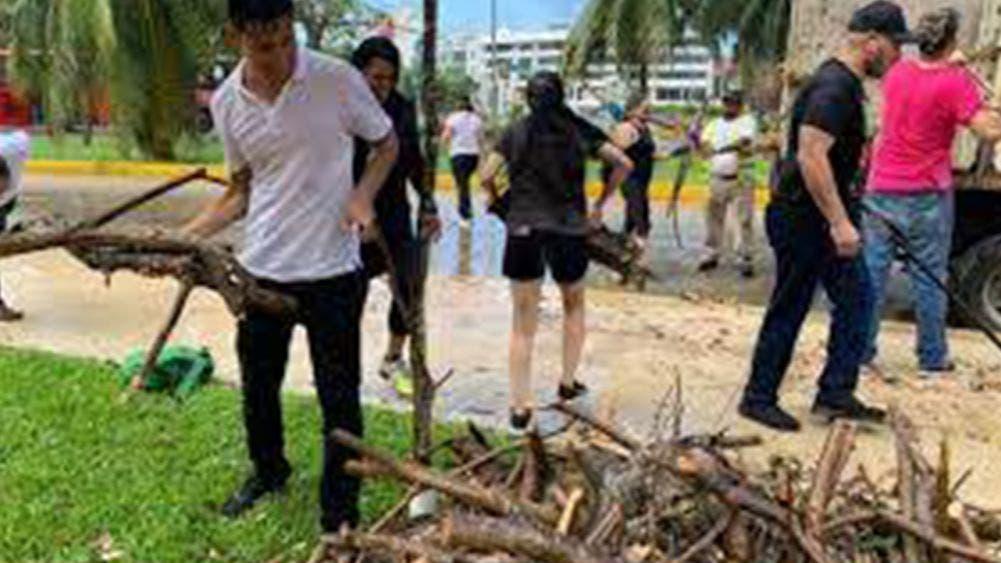 Civiles se organizan para limpiar las calles de Cancún