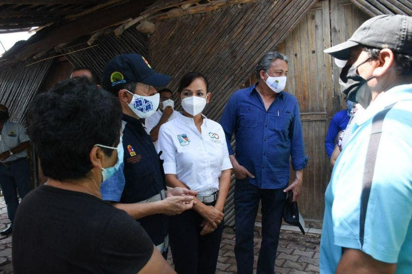 Dialogan con artesanos del mercado Hunab Ku, a quienes apoyarán para poder abrir en breve sus locales, dañados durante la contingencia