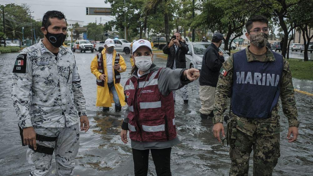 Trabajo coordinado en Cancún para atender afectaciones por paso de tormenta tropical Gamma