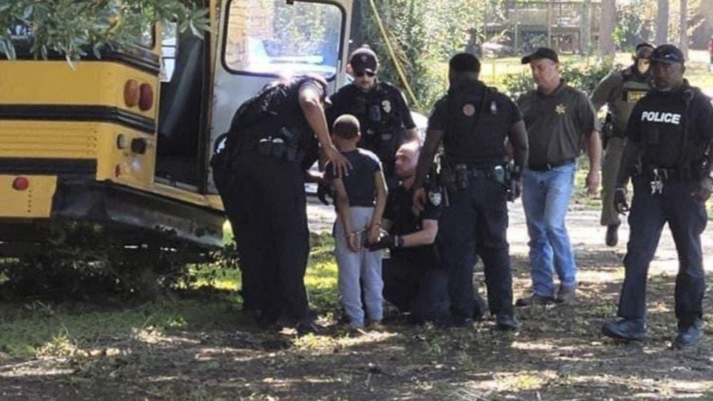 ¡De película! Menor de 11 años causa una persecución luego de robar autobús escolar