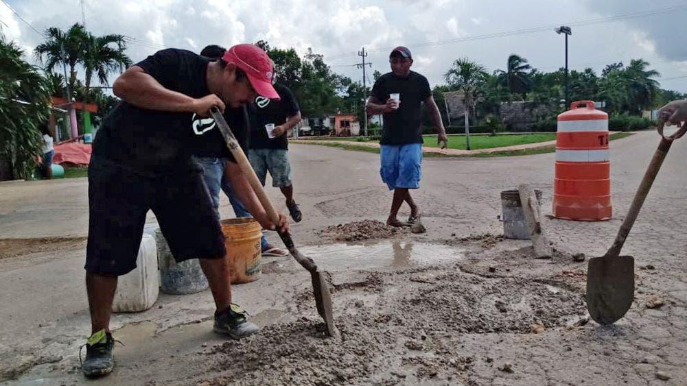 Reparan mototaxistas baches de colonias populares de Kantunilkín