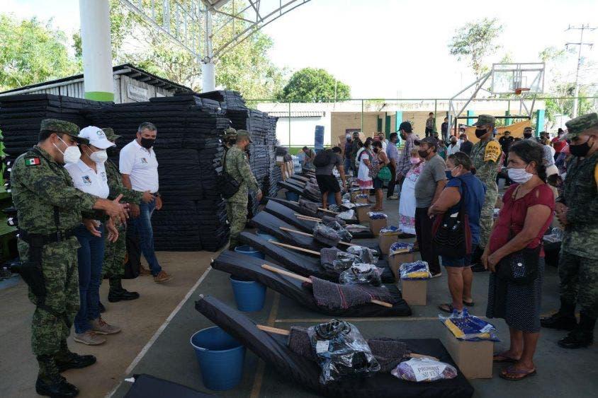 Acompaña Laura Fernandez a la SEDENA a entrega de apoyos en Leona Vicario, luego de la declaratoria de emergencia de la Coordinación Nacional de Protección Civil para seis municipios del norte de Quintana Roo