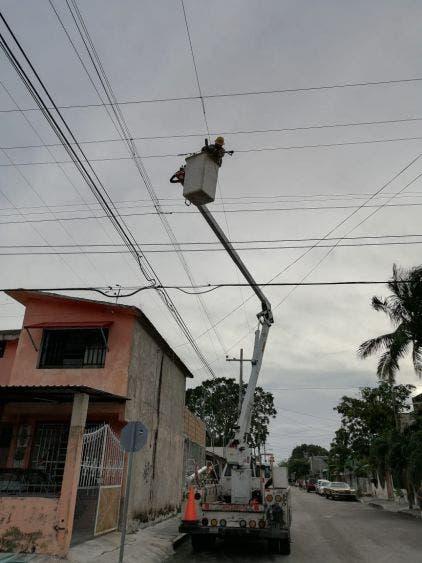 Continúan los trabajos de reconexión de la energía eléctrica.