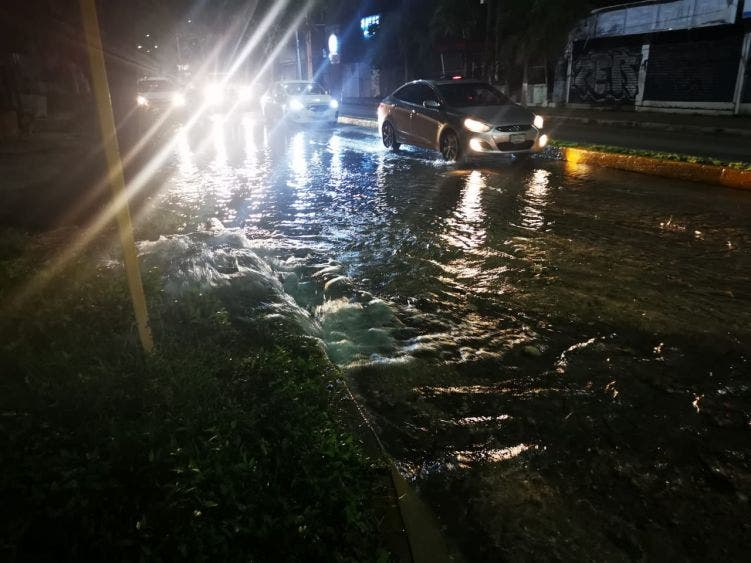 Rompen trabajadores de CFE tubería de agua en la Yaxchilán; miles de litros de agua potable se desperdiciaron en plena crisis.