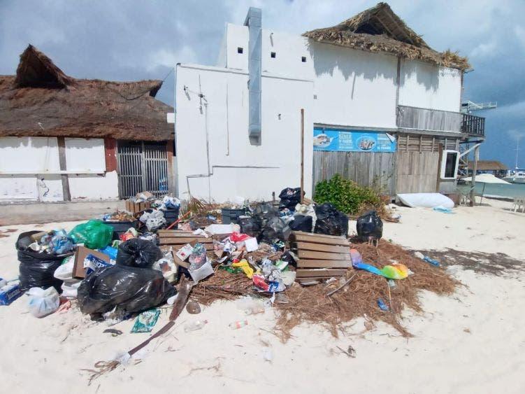 Problemática con la basura afecta las playas de Cancún.