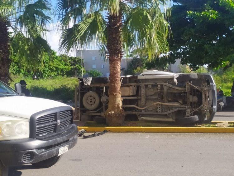 Chofer de camión termina volcado por esquivar a otra unidad; a pesar de lo aparatoso, no sufrió lesiones de consideración.