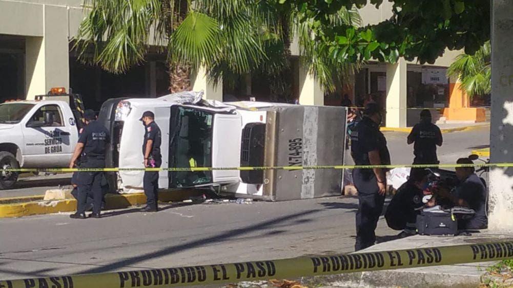 Chofer de camión termina volcado por esquivar a otra unidad.
